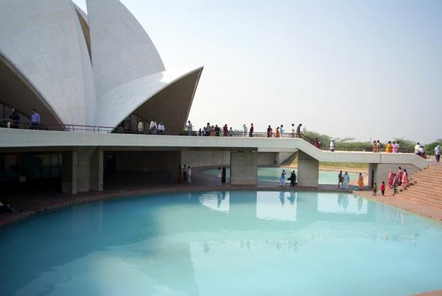 Храм окружен 9 бассейнами и создается впечатление, что он плывет по воде