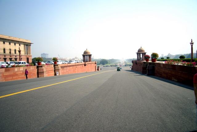 Главная улица Дели почти безлюдна