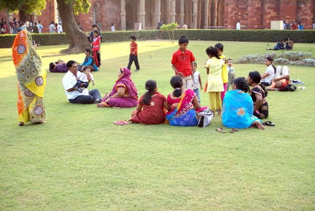 В храмовом комплексе есть лужайки, на которых можно лечь на траву и смотреть в небо