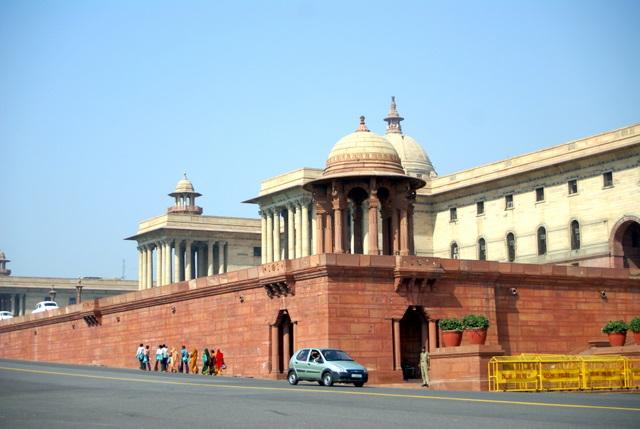Здесь много правительственных зданий и учреждений