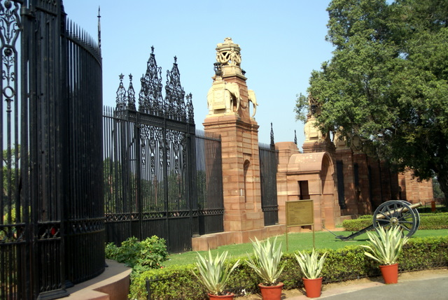 За этими воротами находится Президентский Дворец