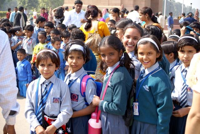 Возле Ворот Индии многолюдно, особенно много школьников