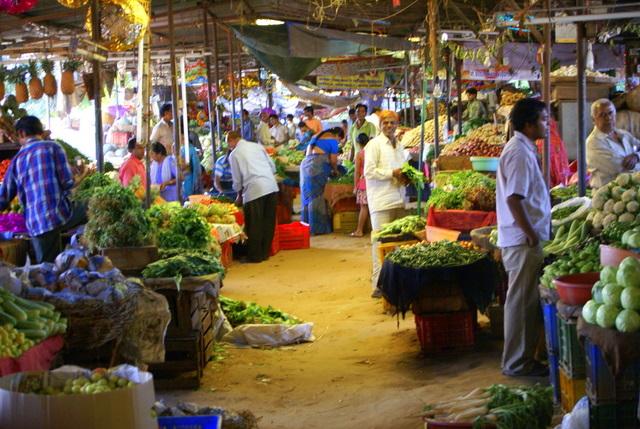 На рынке можно купить вкусные мандарины и кокосы