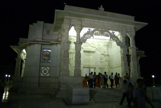 В храме Бирла и поздним вечером много народа