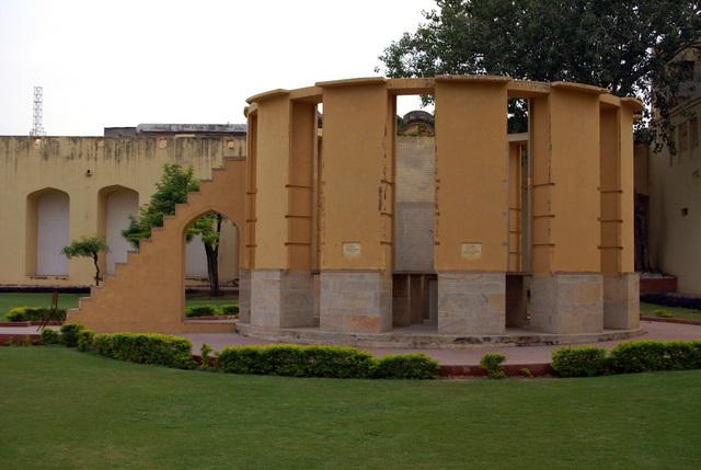 Обсерватория Джантар - Мантар. .    Здесь остро чувствуется бесконечность и это рождает задумчивость и восхищение.