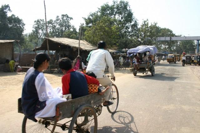 Стоимость поездки на 5 км - 100-150 рупий за всех.