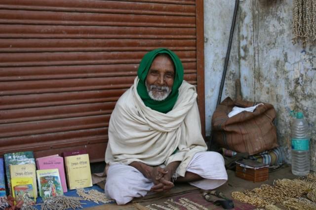 Садху с Радха-кунды. Рогатка для отпугивания обезьян и назойливых белых фотографов (шутка).
