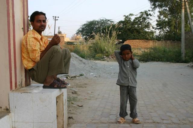 Просто парень Шамшад и его сын. У него 3 ребенка и жена. Работает слугой, получает 2000 рупий в месяц + подрабатывает рикшей - возит паломников