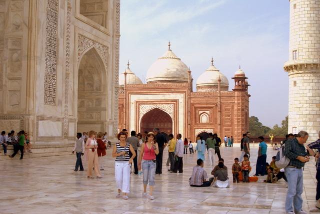 Красная мечеть оттеняет белизну стен усыпальницы