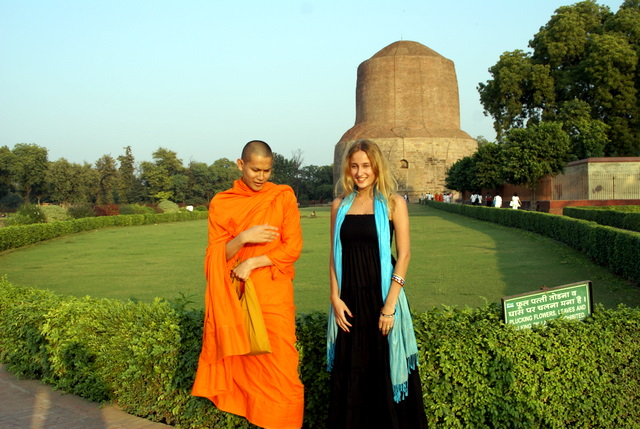 Монах говорит, что здесь любил отдыхать и медитировать Будда