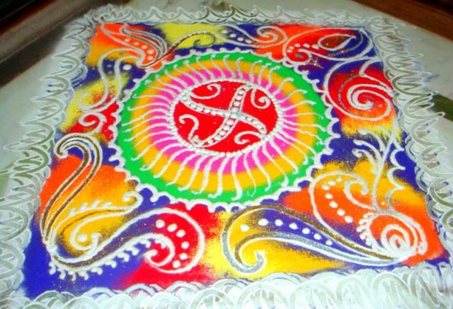 Ранголи – это индийское искусство. Когда ждут приятного гостя,  рисуют возле дверей дома используя краску разных цветов.
