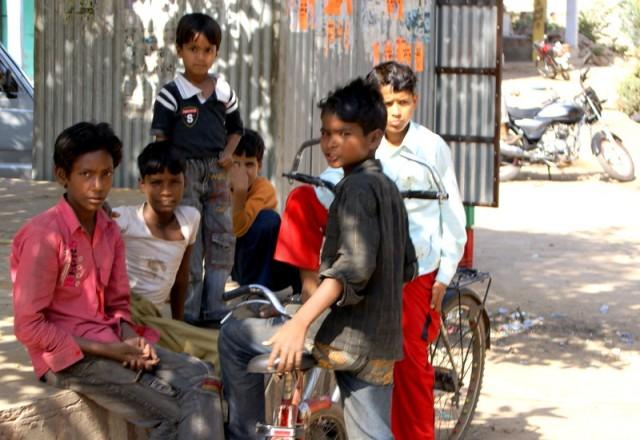 Мальчишки с велосипедами