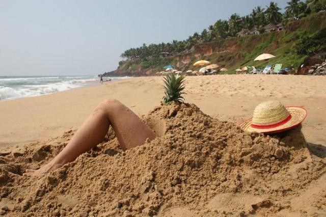 Девушка. Пляж. Ананас.