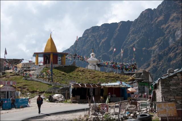 Вайншоп на фоне тибетской ступы
