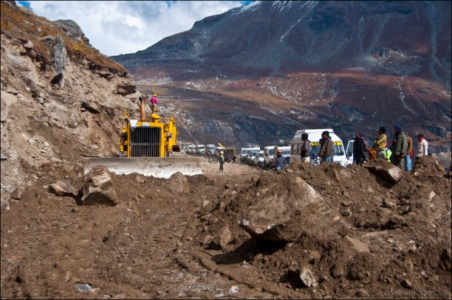 Ремонт дороги по-индийски