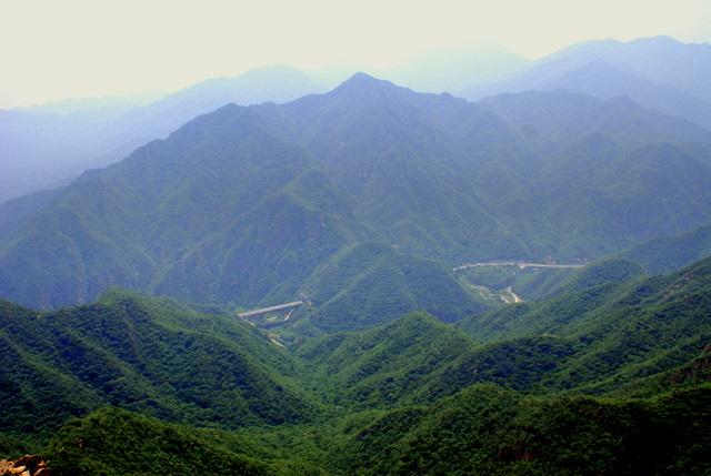 Зеленые склоны гор смотрятся потрясающе