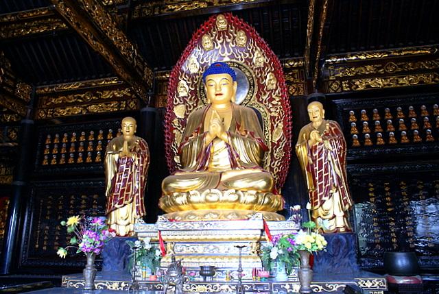 В храме у подножия пагоды статуя Будды