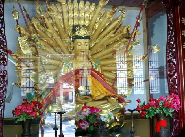 Золоченый  многорукий Будда
