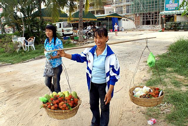 Очень популярны экзотические фрукты: личи, питахайя, дуриан