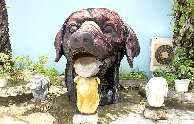 Странные скульптуры во дворе змеиного питомника