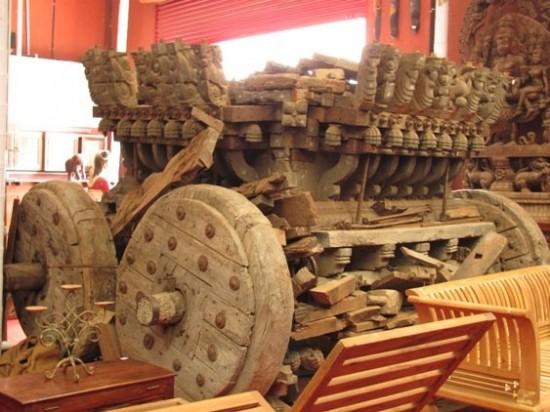 Старинная колесница в антик. лавке