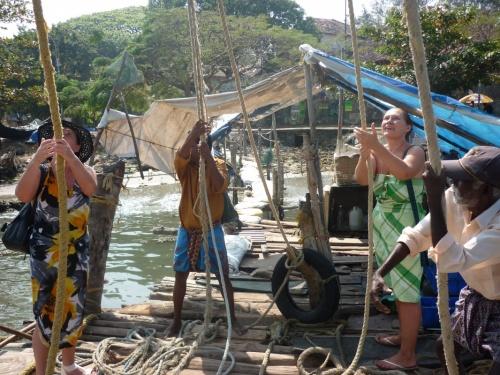 мы помогаем рыбакам