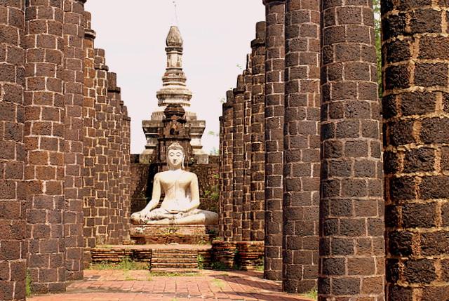 Буддизм  является государственной религией Таиланда и сильно влияет на его культуру и облик