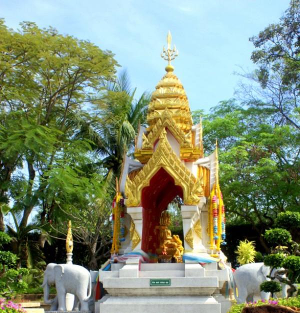 В Таиланде существует обычай устанавливать перед зданиями маленькие часовни – в них обитают добрые духи