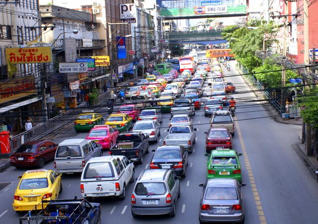 Пробки и провисающие провода  - неотъемлемая часть Бангкока