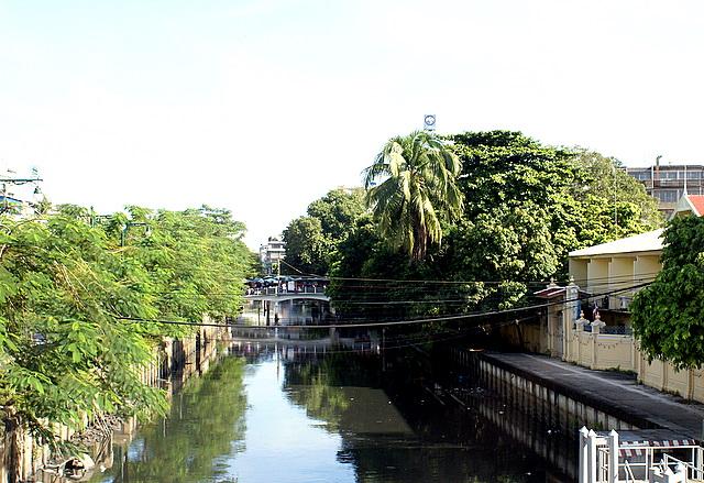 Клонги – каналы с грязной водой зажаты в бетон