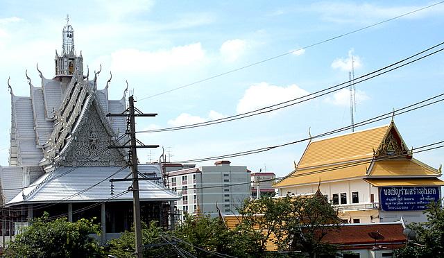 Памятники старины с вычурными крышами соседствуют с современными зданиями