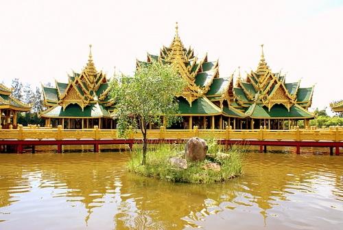 Дворец окружен водой