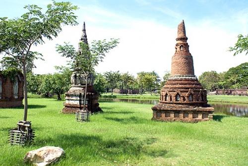 Чеди –колоколообразные строения, похожие на индийские ступы