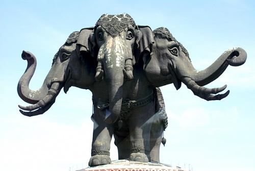 Трехголовый слон Эраван, любимый слон Индры - символ Бангкока