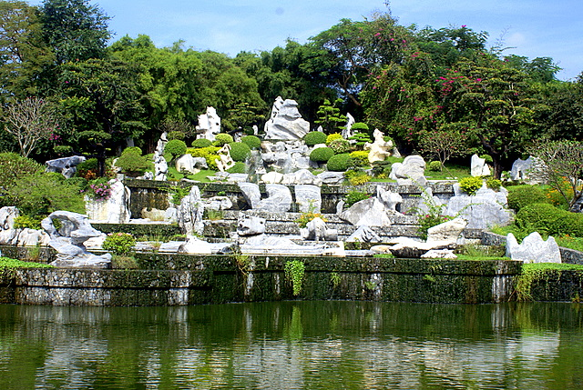 Окружающие камни и деревья с прудом - природный амфитеатр