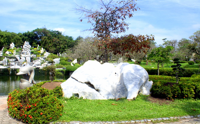 Белый слон отдыхает под пурпурным деревом