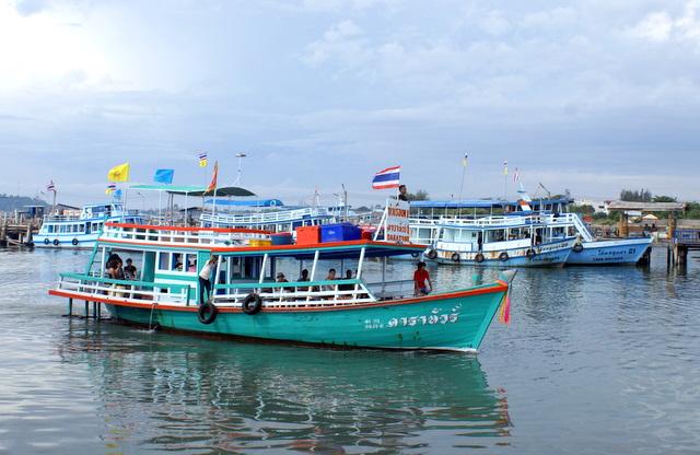 В деревне живет много рыбаков и здесь много рыбачьих лодок, баркасов и прогулочных катеров