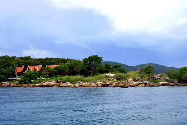Остров объявлен национальным парком, имеет небольшую территорию - вытянут  с севера на юг  и разделен посередине скалами.