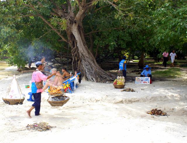 Местные жители продают фрукты, жареную рыбу и сувениры