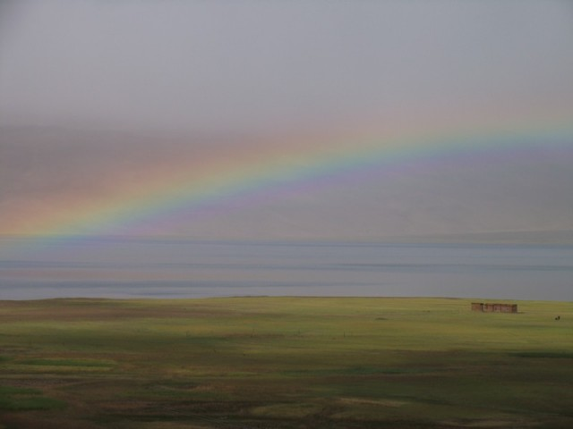 Первая радуга, через 10 минут после приезда в единственную деревню на озере- Корзок