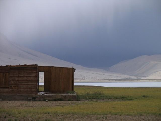 останки дома из ДЕРЕВА в большом отдалении от деревни Корзок, на берегу Тсо Морири