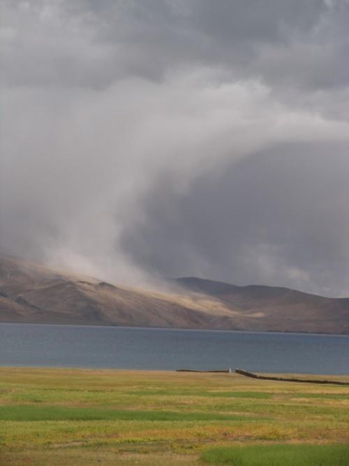 могучие потоки вдоль склонов над озером