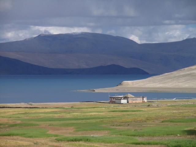 Вид на заброшенный медитационный центр, на дороге от Корзока