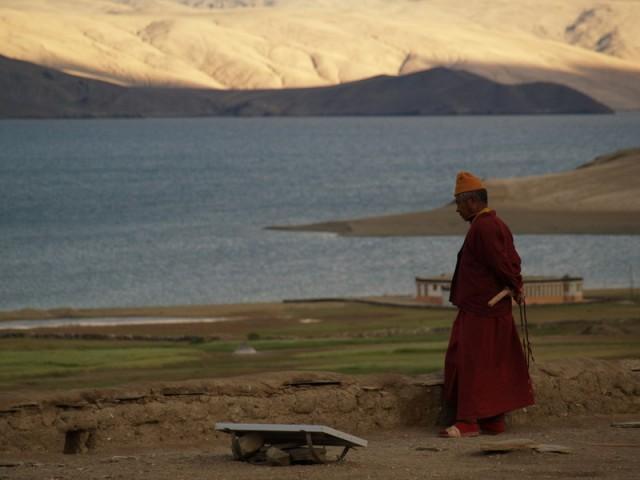 монах на крыше гомпы в дер. Корзок