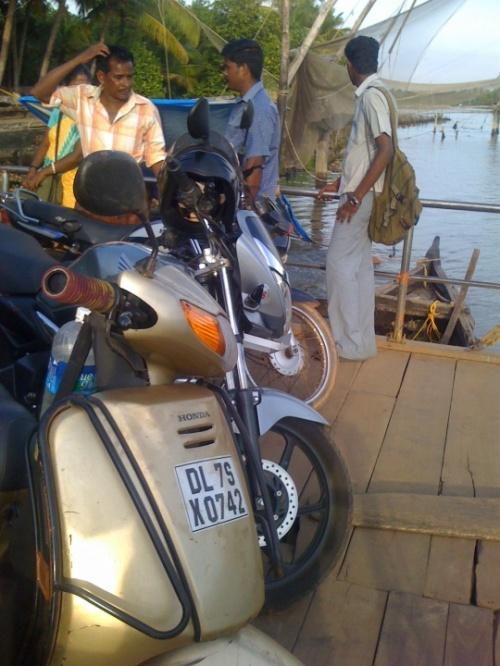 Ферри за пять рупий за один скутер.