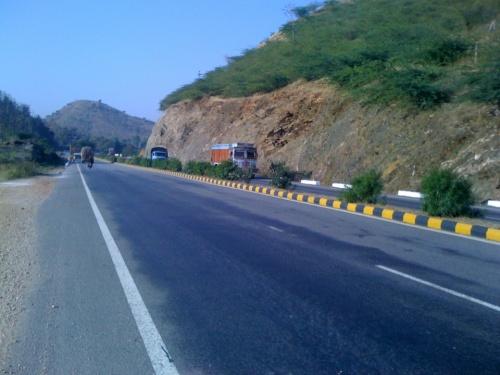 Так  выглядит NH8 в Раджастане. Все платные хайвеи для двухколесных бесплатные. Состояния покрытия дорог превосходны.
