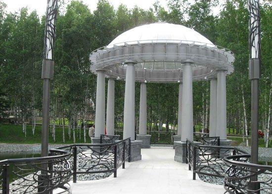 Беседка на пруду в парке победы