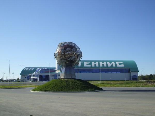 Памятник у теннисного центра