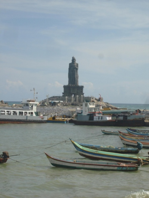 вид на statue of Saint Thiruvalluvar