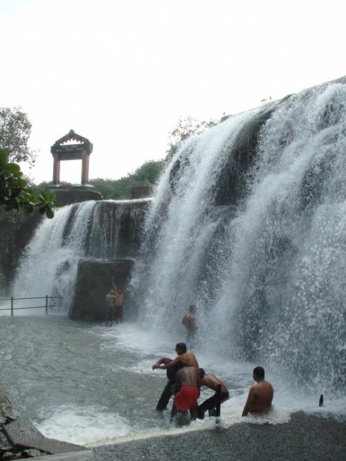 индийцы отрываются у водопада)))